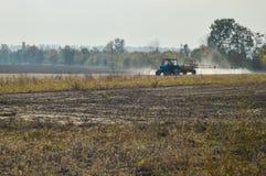 Gebied van de tractor het bespuitende herfst royalty-vrije stock foto