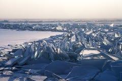 Gebied van het broking van ijs langs de barst stock afbeeldingen
