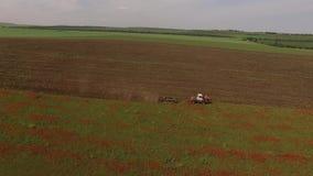 Gebied van Onkruid die met Tractor maaien stock videobeelden