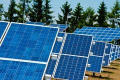 Gebied van photovoltaic zonnepanelen stock afbeelding