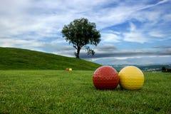 Gebied van spel in de golfcursus met blauwe hemel Royalty-vrije Stock Foto's