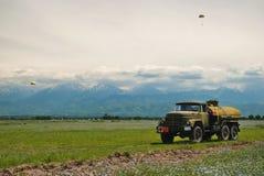 Gebied van tarwe voor bergen royalty-vrije stock fotografie