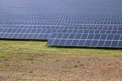 Gebied van zonnepanelen Stock Foto's