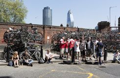 Gebied voor rokers buiten Waterloo Post, Londen het UK Stock Afbeeldingen