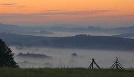 Gebieden en weiden onder vroege ochtendmist in Podkarpacie-gebied, Polen Royalty-vrije Stock Foto's