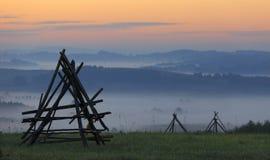 Gebieden en weiden onder vroege ochtendmist in Podkarpacie-gebied, Polen Stock Foto
