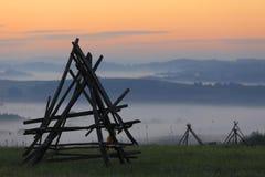 Gebieden en weiden onder vroege ochtendmist in Podkarpacie-gebied, Polen Stock Afbeeldingen
