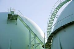 Gebiedgashouders op petrochemische installatie royalty-vrije stock afbeeldingen