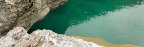 Gebiedsmening van zuiver turkoois rivierwater en witte rotsen Natuurlijke achtergrond royalty-vrije stock foto