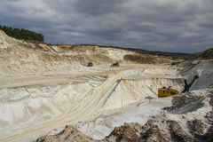 Gebietssandsteinbruch, der Rohstoffe für den Stoß produziert Stockfotografie