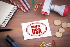 Gebildet im USA-Stempel Hölzerner Schreibtisch mit Briefpapier, Geld und stockbild