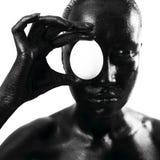 Gebildete schwarze Frau mit Ei lizenzfreie stockfotos