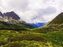 Gebirge unter verärgerten Wolken Stockfoto