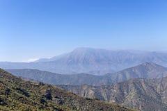 Gebirgs-Gipfelansicht mit Landschaft von Anden und von Aconcagua am vollen Tag in La-Campana National-Park in Mittel-Chile, S?den stockbild