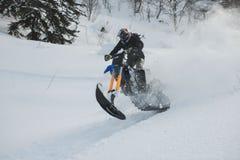 Gebirgs-Pferd-husaberg auf einem Motorrad im Winterwald in den Bergen Stockfotos