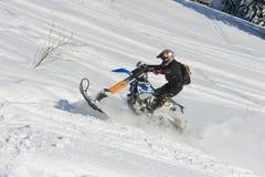 Gebirgs-Pferd-husaberg auf einem Motorrad im Winterwald in den Bergen Lizenzfreie Stockbilder