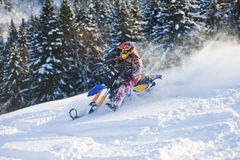 Gebirgs-Pferd-husaberg auf einem Motorrad im Winterwald in den Bergen Lizenzfreie Stockfotografie