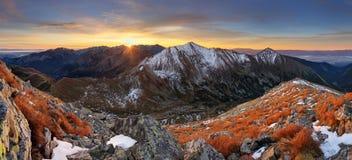 Gebirgs-Sonnenuntergangpanorama in West-Tatras Stockbild