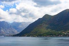 Gebirgs- und adriatisches Seeansicht Stockbilder