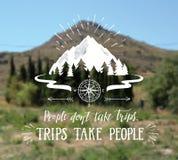 Gebirgs- und gezeichnete Reiseillustration des Waldvektors Hand für T-Shirt drucken oder Plakat mit Handbeschriftungszitat Lizenzfreie Stockfotografie