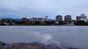 Gebirgs- und Wasserstadt Stockfoto