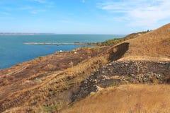 Gebirgsabgrund nahe einer Seeküste Stockbilder
