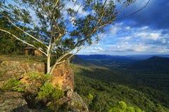 Gebirgsausblickschutz auf Klippe, blaue Berge, Australien lizenzfreie stockfotografie