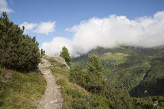 Gebirgsbahn in den österreichischen Alpen Stockfotos