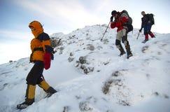 Gebirgsbergsteiger, die den Berg absteigen.   Lizenzfreie Stockfotografie