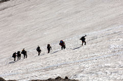 Gebirgsbergsteiger, die Mt Rainer steigen Stockfotografie