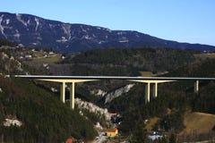 Gebirgsdurchlauf in den Alpen Stockfotografie
