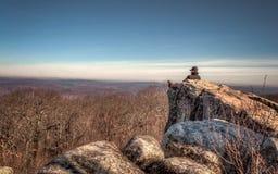 Gebirgseinsamkeit, hohe Felsen übersehen lizenzfreies stockfoto