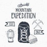 Gebirgsexpeditions-Weinlesesatz Übergeben Sie gezogene Skizzenelemente für Retro- Ausweisemblem, wanderndes Abenteuer im Freien u Stockfotos