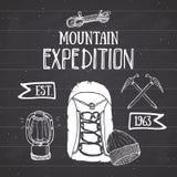 Gebirgsexpeditions-Weinlesesatz Übergeben Sie gezogene Skizzenelemente für Retro- Ausweisemblem, wanderndes Abenteuer im Freien u Lizenzfreie Stockbilder