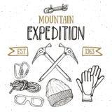 Gebirgsexpeditions-Weinlesesatz Übergeben Sie gezogene Skizzenelemente für Retro- Ausweisemblem, wanderndes Abenteuer im Freien u Stockfoto
