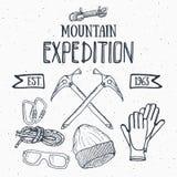 Gebirgsexpeditions-Weinlesesatz Übergeben Sie gezogene Skizzenelemente für Retro- Ausweisemblem, wanderndes Abenteuer im Freien u Lizenzfreie Stockfotografie
