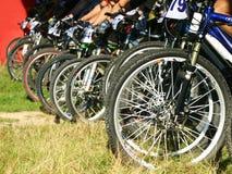 Gebirgsfahrräder auf einem Anfang Lizenzfreie Stockbilder