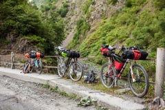 Gebirgsfahrräder vorbereitet während der entfernten Reise Stockfotos