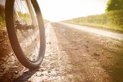 Gebirgsfahrrad am sonnigen Tag auf dem Schotterweg lizenzfreies stockfoto