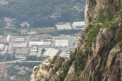Gebirgsfelsen auf dem Mottarone-Berg Stockbild