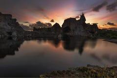 Gebirgsfelsen-Seesonnenuntergang Stockfoto