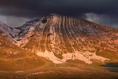 Gebirgsfelsige Spitze bei dramaticl Sonnenuntergang Lizenzfreies Stockfoto
