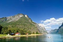 Gebirgsfjord-Bauernhof Stockbilder