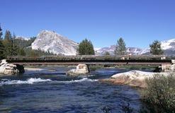 Gebirgsfluß mit Brücke stockbilder