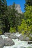 Gebirgsfluß und große Steine an einem sonnigen Tag Stockfotografie
