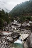 Gebirgsfluss-auf dem Weg Nepal-Wanderungsweg stockfoto