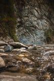 Gebirgsfluss in den Felsen Stockbild