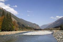 Gebirgsfluss, der in das Tal des Kaukasus fließt Lizenzfreie Stockfotos