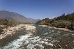 Gebirgsfluss in der großen Höhe von Ladakh, Indien Stockfotografie