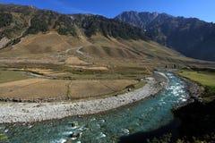 Gebirgsfluss in der großen Höhe von Ladakh, Indien Stockbild
